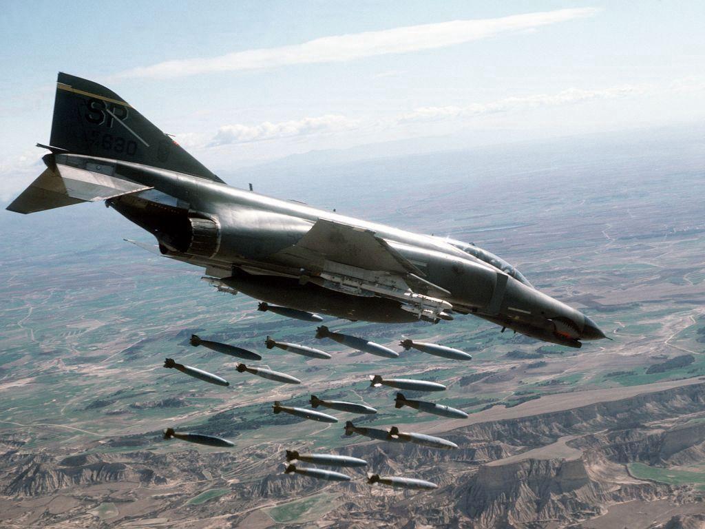 F-4 Phantom bombardeando posições no Vietnã